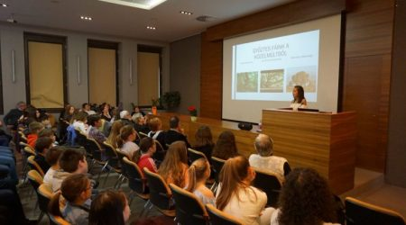Kis akadémikusok a Magyar Tudományos Akadémia (MTA) pécsi székházában