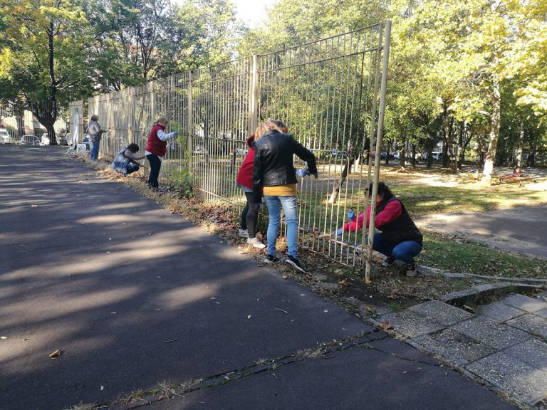 """A """"dühöngő"""" kerítésének lefestéséhez önkéntesek és diákok is csatlakoztak."""